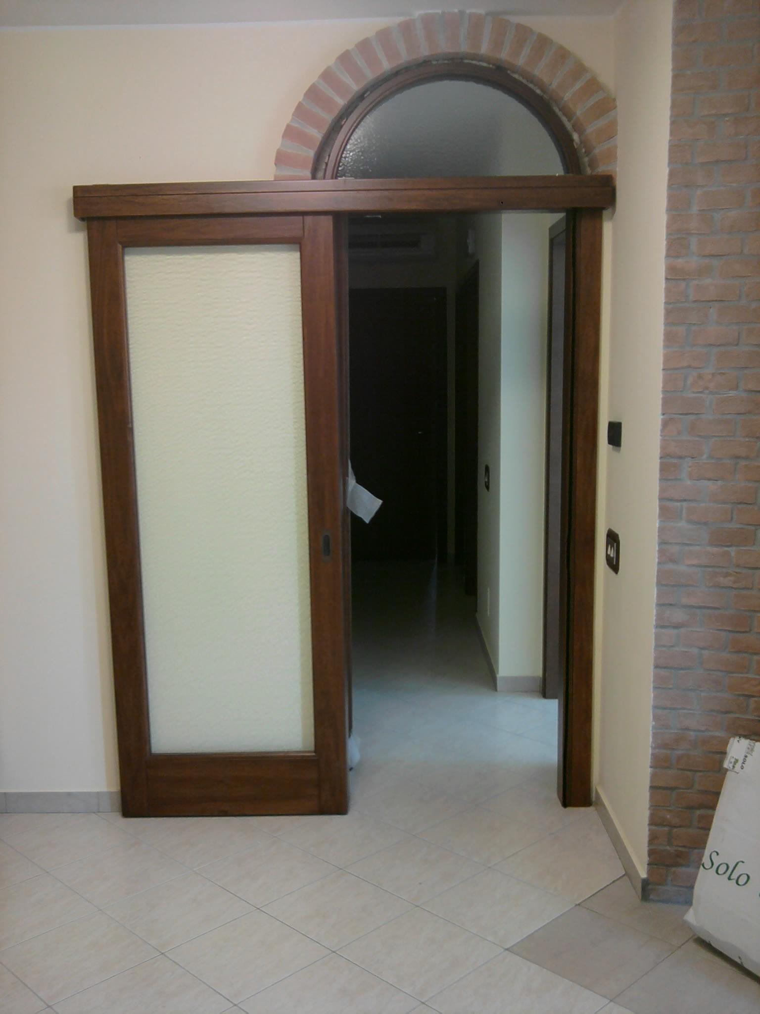 Scorrevole in massello esterno muro con sopraluce ad arco base 2 serramenti - Porte interne ad arco ...